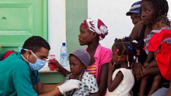 Médicos cubanos y latinos luchan contra el cólera en Haití