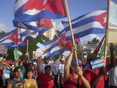 Cubanos desbordan plazas y calles por Primero de Mayo